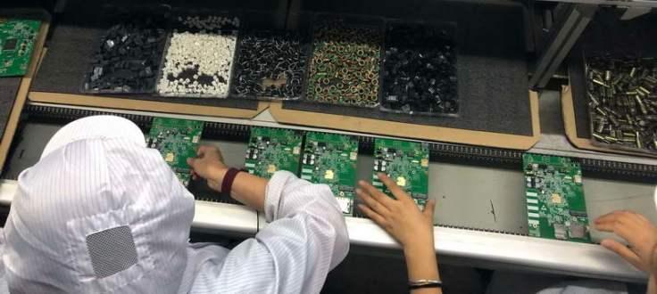 установка вводных компонентов на печатную плату перед волновой пайкой