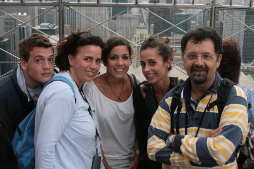Nella foto, Cristina e Livio insieme ai loro 3 figli