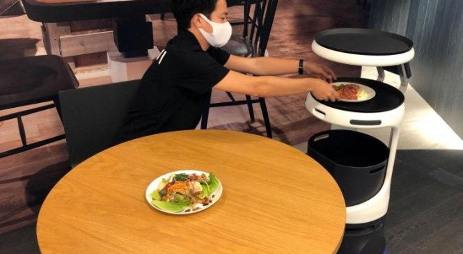 Роботи-офіціанти допоможуть боротися з COVID-19