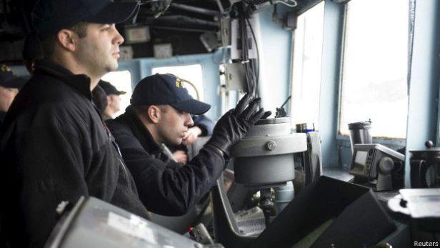 """На капитанском мостике """"Виксбурга"""" пытаются рассмотреть, не появится ли вдали случайно перископ подлодки"""