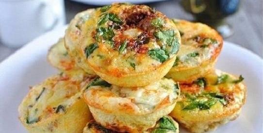 Творожные мини-запеканки с сыром и овощами на завтрак