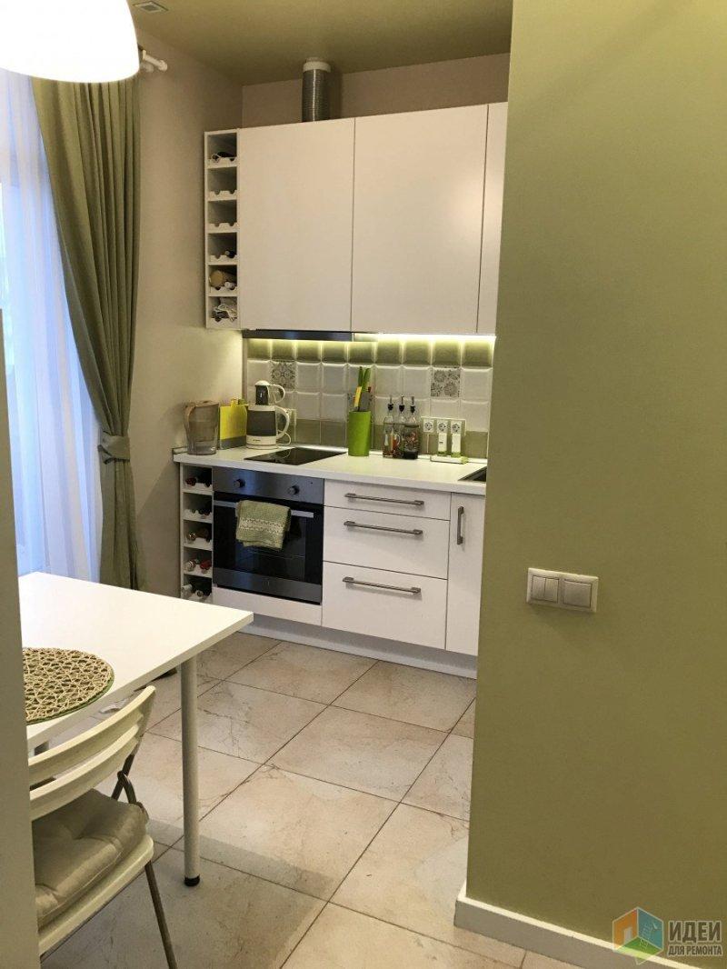 Вид из коридора в сторону кухни, гостиная-спальня сейчас слева