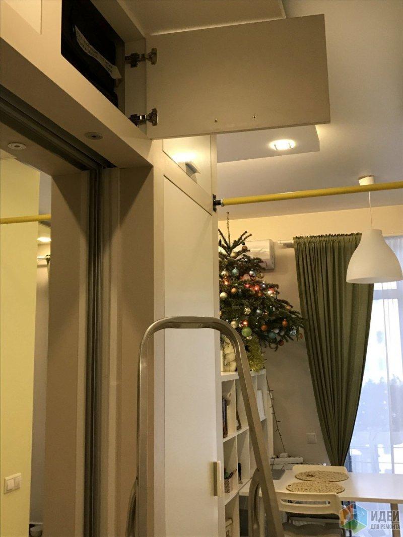 Высокая лесенка хранится на балконе