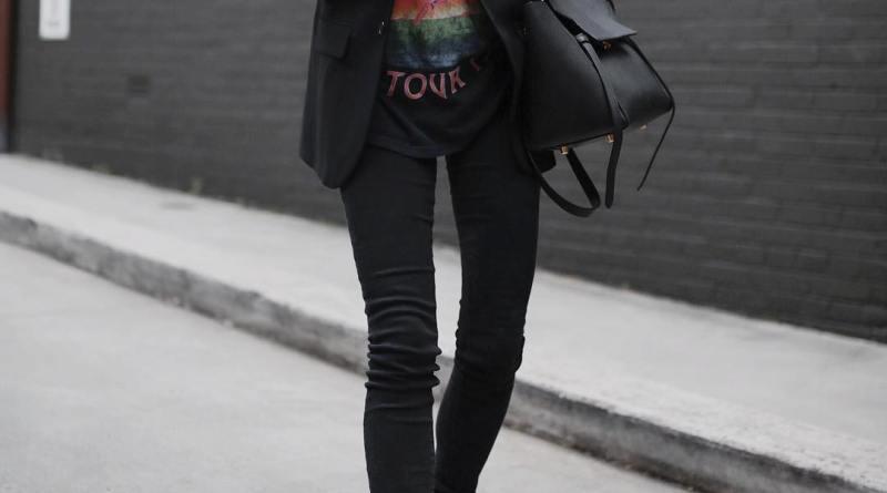 Как носить футболку с разными фасонами джинсов: 13 трендовых образов
