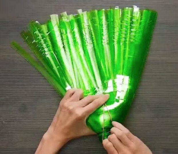 Весьма удобная метла для дачи из простой пластиковой бутылки