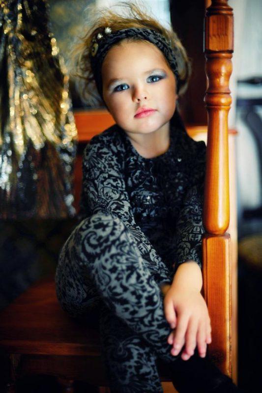 В Сети разгорелись споры вокруг снимков маленьких детей с макияжем