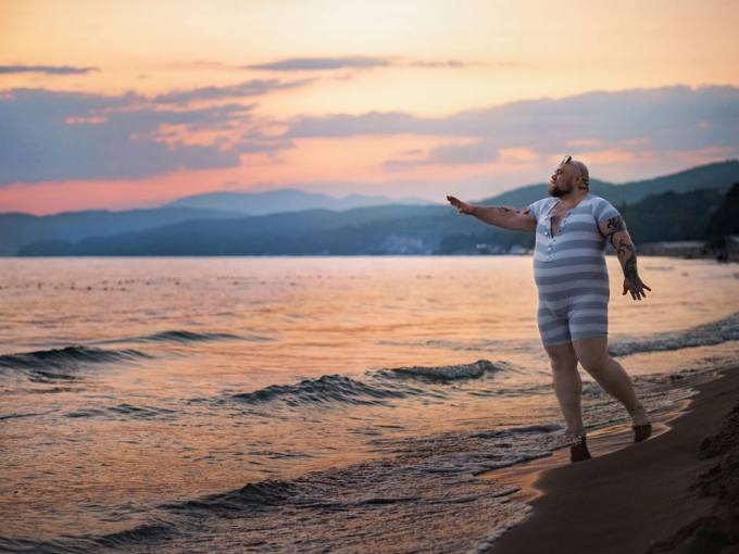 Мужчина спародировал типичные пляжные фото девушек