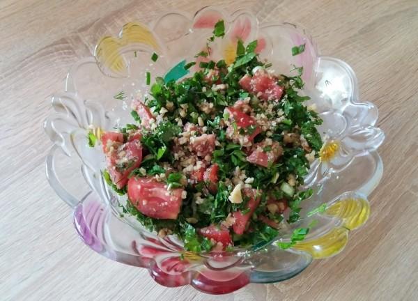 Рецепт салата из помидоров с ореховой заправкой