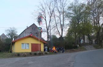 Před staroknínskou hasičárnou