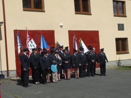 Pózování před hasičárnou