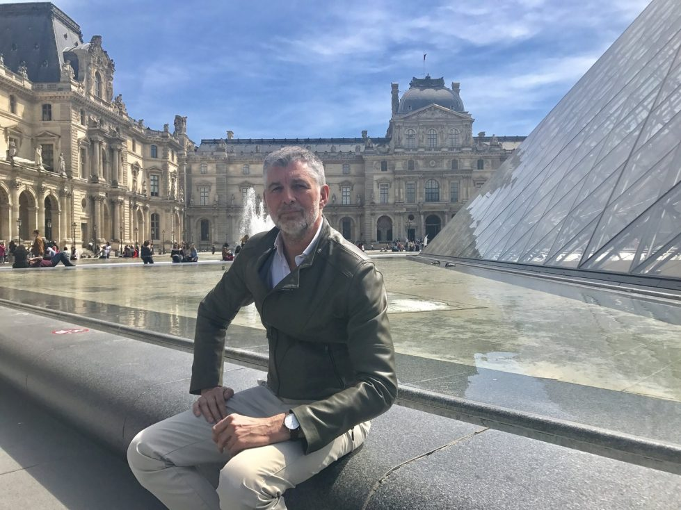 Le directeur artistique de NOWA Watch, Eric Gizard, parle de son travail devant le Louvre à Paris