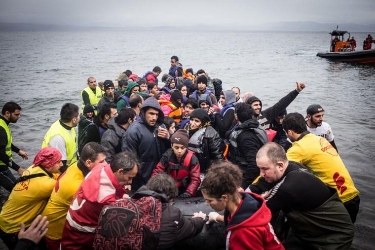 Łódź z uchodźcami dobija do brzegów wyspy Lesbos. Styczeń 2016, Lesbos, Grecja. Fot. Maciej Moskwa / Testigo Documentary
