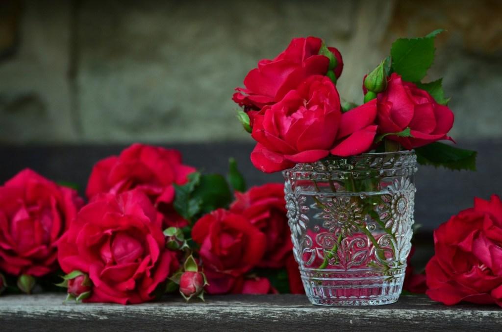 red-roses-in-cristal-vase