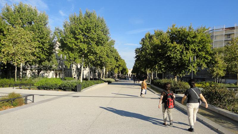 Feuchères - Tout au bout, il y a la gare. L'arrivée à Nîmes offre aujourd'hui une vue vraiment sublime sur la ville