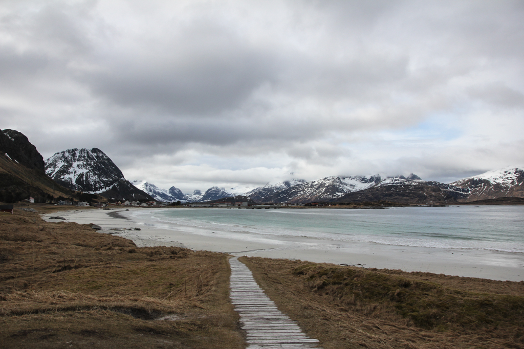 Flakstad - Sable blanc, eau turquoise sur fond de fjords