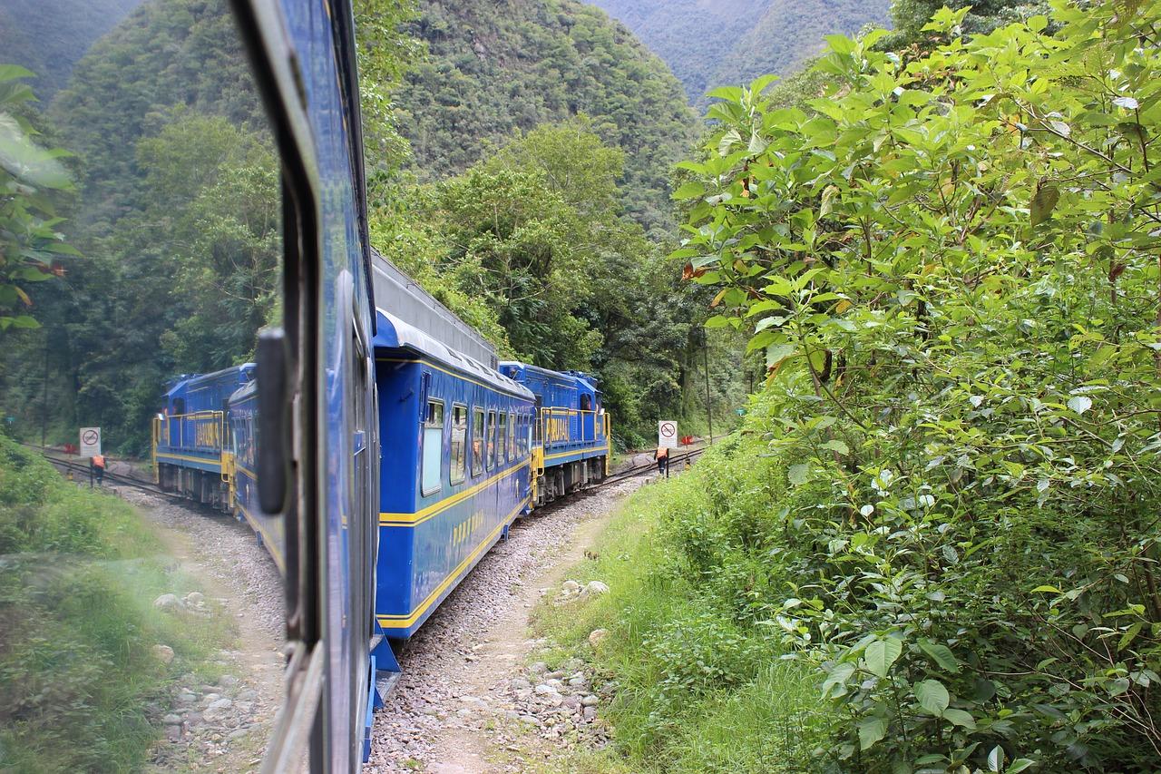 Un train bleu qui permet d'accéder au Machu Picchu, au Pérou