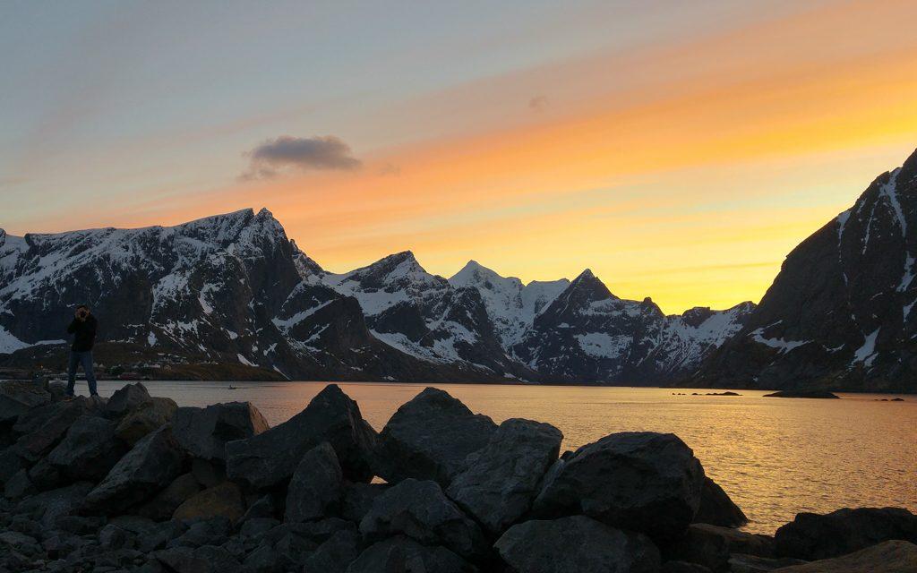 Admirer la vue lors d'un voyage en Norvège avec un bébé