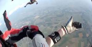 #Curiosidades: Paracaidista se desmaya en plena caída libre.