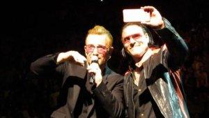 #NowNews ¡ Imitador de Bono sube al escenario a cantar con él !