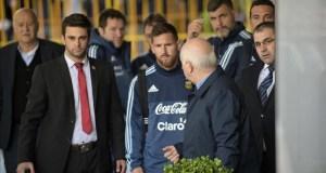 #LoMásViral : Mira el gesto de crack de Lionel Messi con joven hincha uruguayo (+VIDEO)
