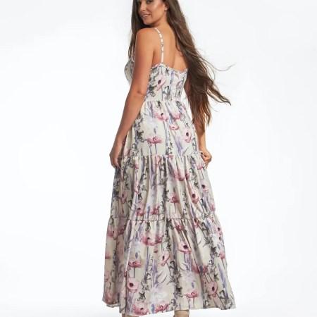 divatos hosszú ruha pasztell színben virág mintával