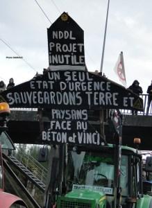 Panneau contre le projet d'aéroport installé sur un tracteur - manifestation/blocage du périphérique de Nantes - samedi 9 janvier 2016