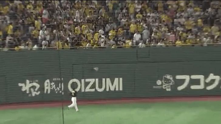 【悲報】阪神ファン、タオルを投げて岡本のホームランを阻止しようとするも失敗する