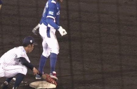 【GIF】U-18韓国チーム、盗塁時に日本人選手のグラブを故意に踏み続ける