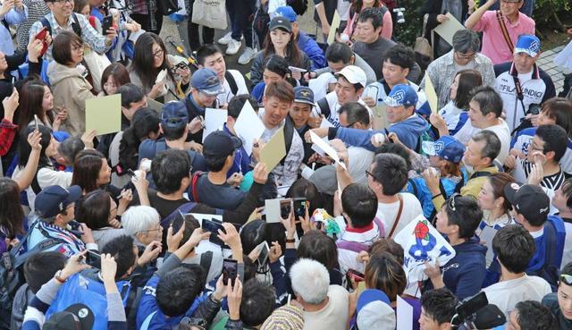 【悲報】中日、転売ヤーに続き松坂がファンに破壊されファンサービス中止も