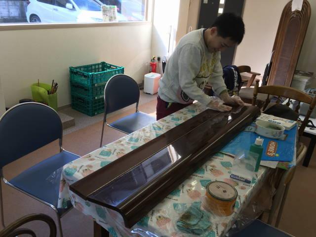 ピアノのふたを磨く。