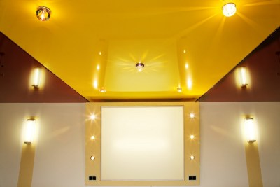 Двухуровневый желтый потолок