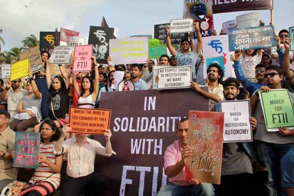 Defends FTII administration; I & B Panel slams students, faculty