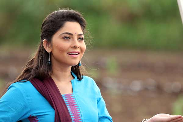 Poshter girl Sonalee showered with many nick names