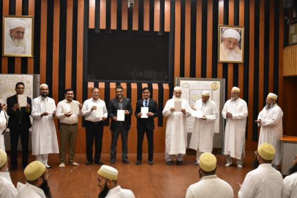 Mayor of Surat Launches  A Book on 14 management techniques authored by the Alumni of Al JameatusSaifiyah