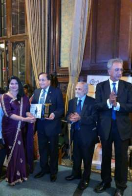 Pienaal Waankhaday Receives the Business Tycoon and Most Inspiring Social Activist Award at