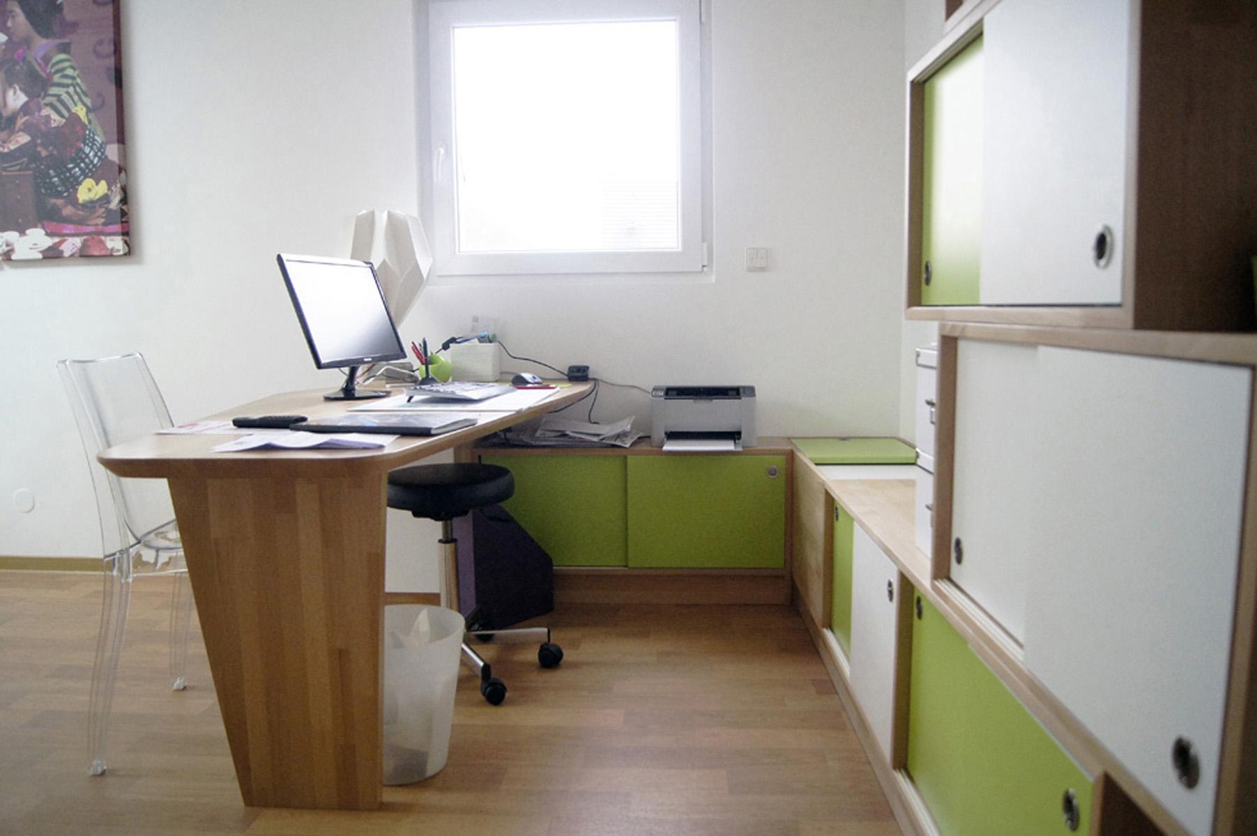 les panneaux decoratifs graves du motif seigeiha ainsi que le mobilier superpose a la maniere de galets permettent de detourner l attention du patient