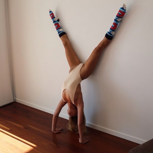 Hand-stand.jpg (259 KB)