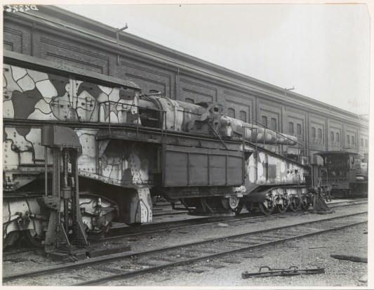 Railway gun at Eveleigh, seen here assembled and ready for exhibition in Sydney, 1919-1920. DIGITAL ID 17420_a014_a014001449