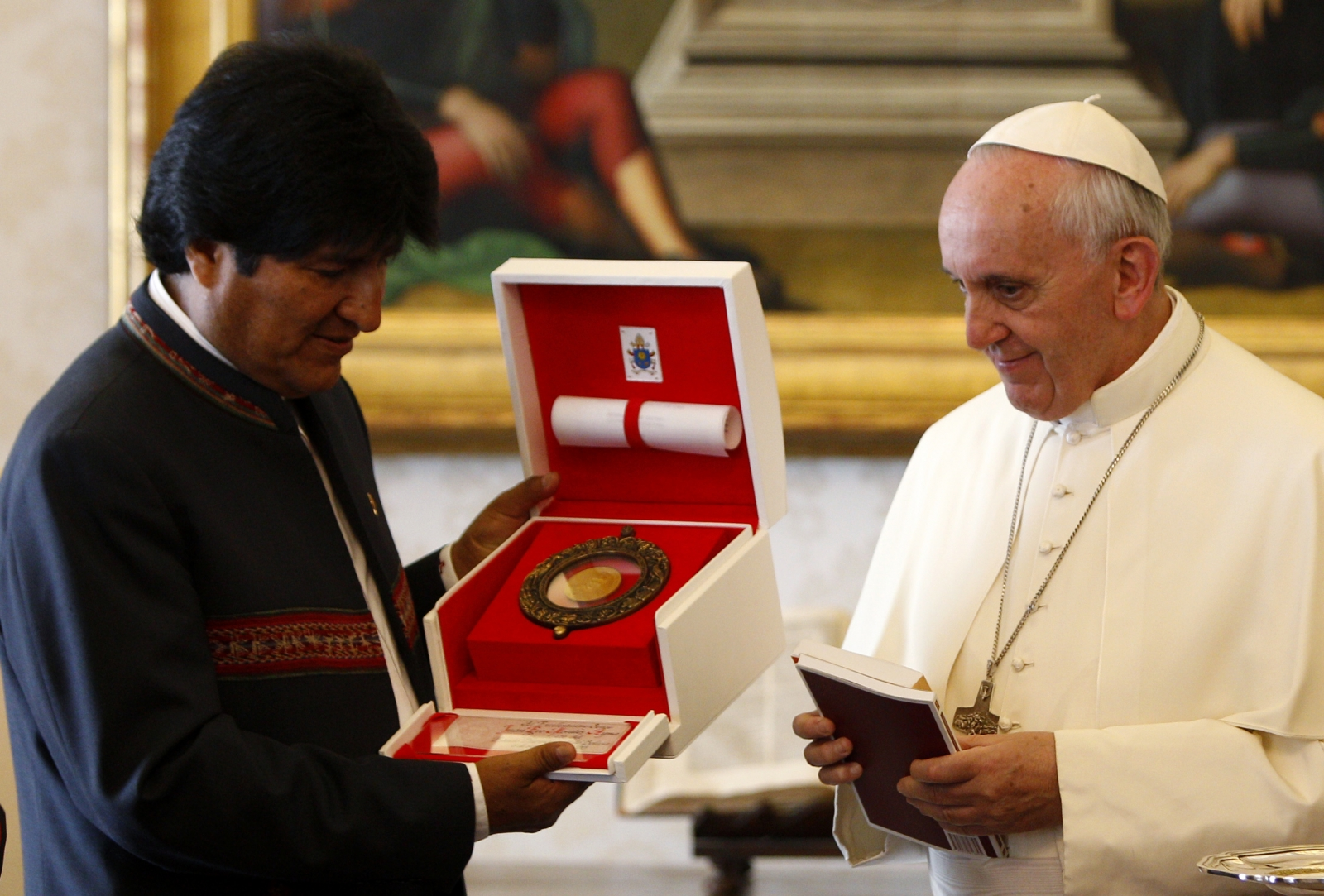 pope-francis-coca-leaves-bolivia