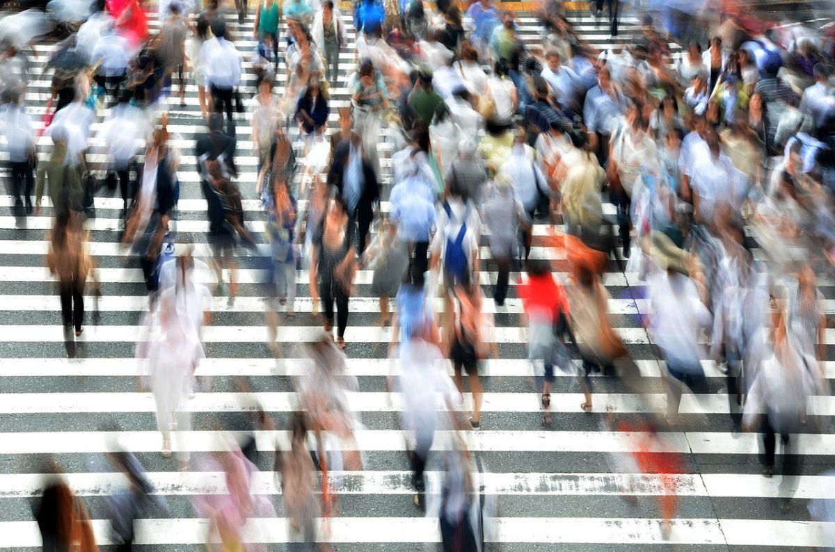 pedestrians-400811_1280-1200x794