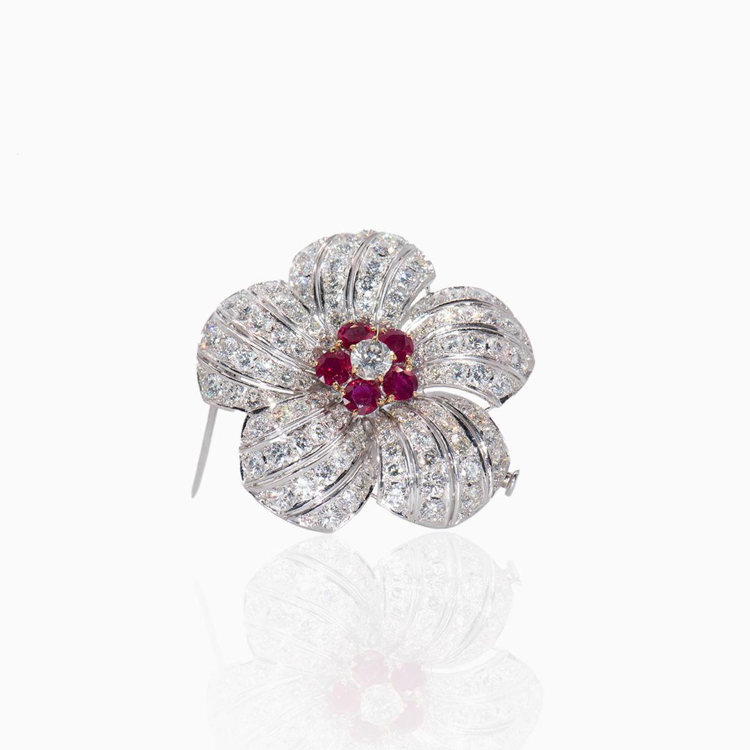 Broche de Platino Diamantes y Rubíes en forma de Flor