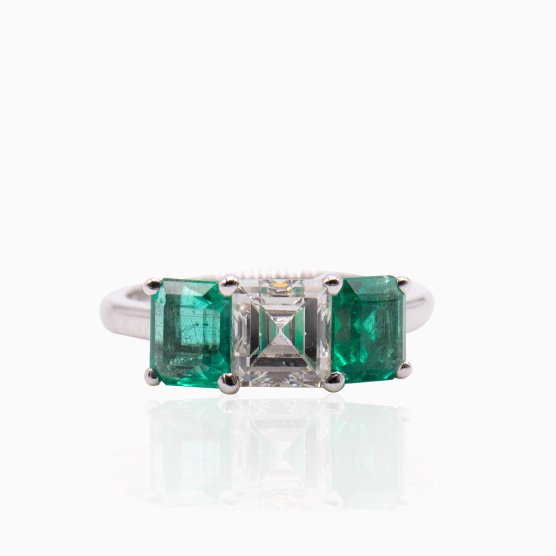 Anillo Oro Blanco Diamante y Esmeraldas