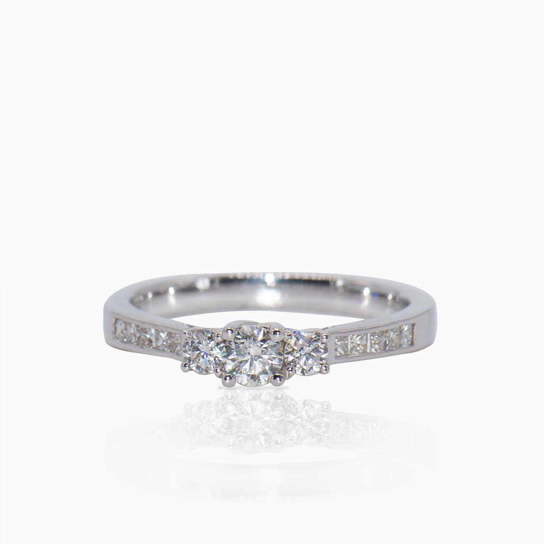 Anillo Oro Blanco y Diamantes en Tresillo