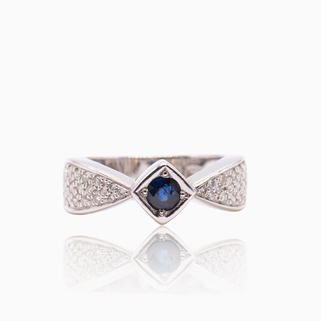 Anillo Oro Blanco Zafiro y Diamantes