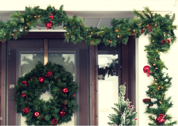 5 outdoor christmas decoration ideas for your home Outdoor christmas garland ideas