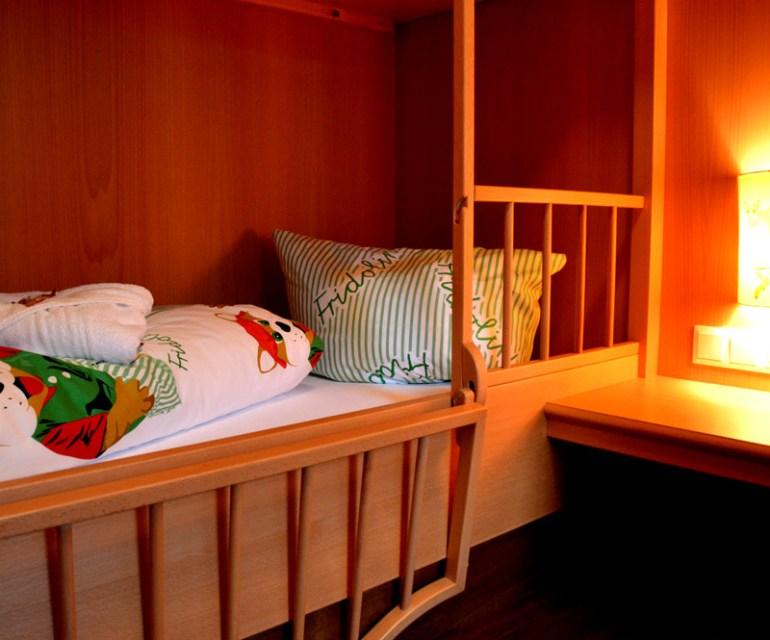 Im Stockbett können dank Gitter schon die Kleinsten schlafen. © Nina-Carissima Schönrock