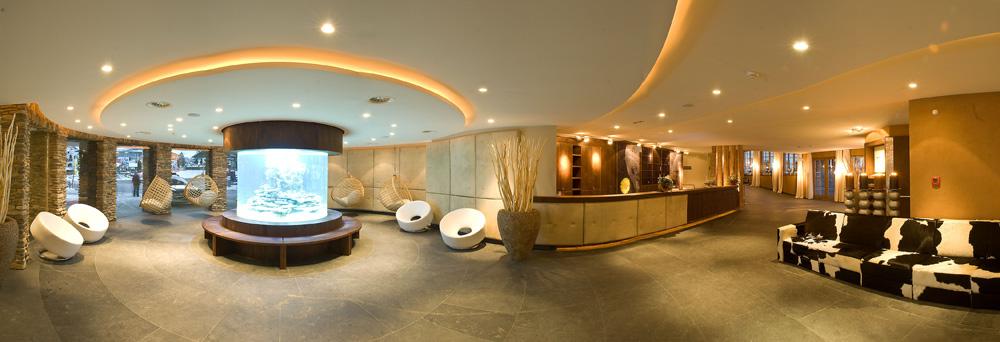Ein riesiges Aquarium verzaubert die Lobby der Alpenrose. © Leading Family Hotel & Resort Alpenrose