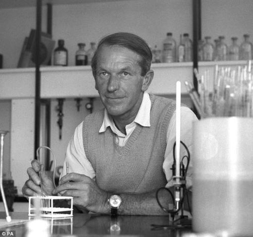Fred Sanger -  Κάτοχος 2 βραβείων Νόμπελ με τα οποία τιμήθηκε, το 1958 και το 1980.