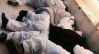 Εξαντλημένοι από τη κόπωση γιατροί στο νοσοκομείο της Wuhan κοιμούνται σε καρέκλες και στα πατώματα.