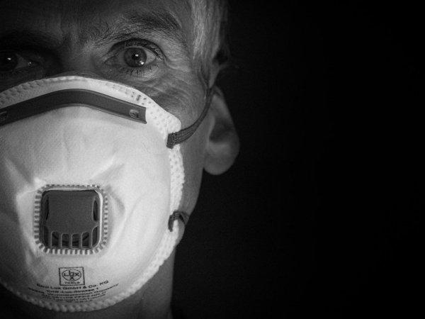 Κορωνοϊός: «Μπορεί να εξαπλώνεται απλώς με την αναπνοή»